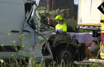 Bestelbus klapt achterop stilstaande vrachtwagen A59 Waalwijk