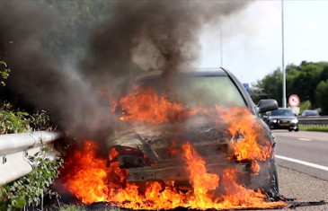 Auto vliegt in brand op de A27 bij Oosterhout