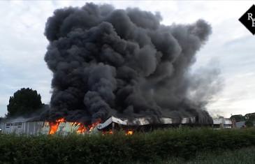 Zeer grote brand in loods met tuinmeubelen bij Hacas Beheer in Tilburg