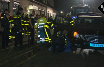 Taxi rolt achteruit, vrouw klem onder portier Doctor van Kesselstraat Loon op Zand