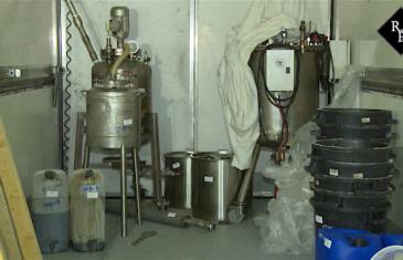 Grondstoffen en ketels voor drugsproductie gevonden Wielstraat Veen