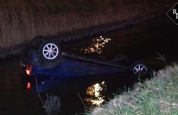Politieagenten redden bestuurder uit te water geraakte auto in Bruchem