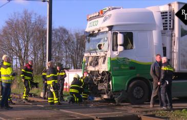 Trein ramt vrachtwagen op overgang Hulteneindsestraat Hulten