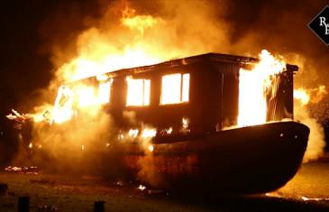 Woonark uitgebrand aan de Sleeuwijksedijk in Werkendam