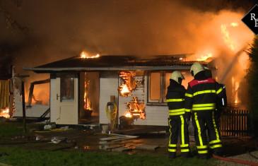 Chalet gaat in vlammen op Wielstraat Veen