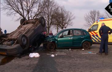 Zwaargewonde bij botsing tussen twee personenauto's in Hedikhuizen