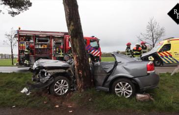 Auto knalt tegen boom bestuurder twee uur lang bekneld Bredaseweg Chaam