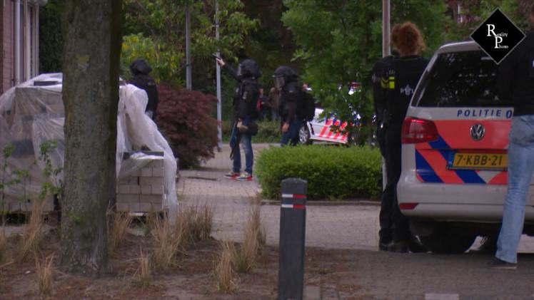 Arrestatieteam doet instap in woning aan de Amstel in Waalwijk