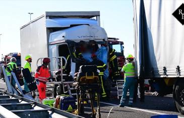 Vrachtwagen klapt achterop file A58 Tilburg