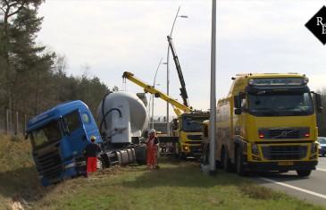 Vrachtwagen raakt van weg en beland in sloot N261 Loon op Zand
