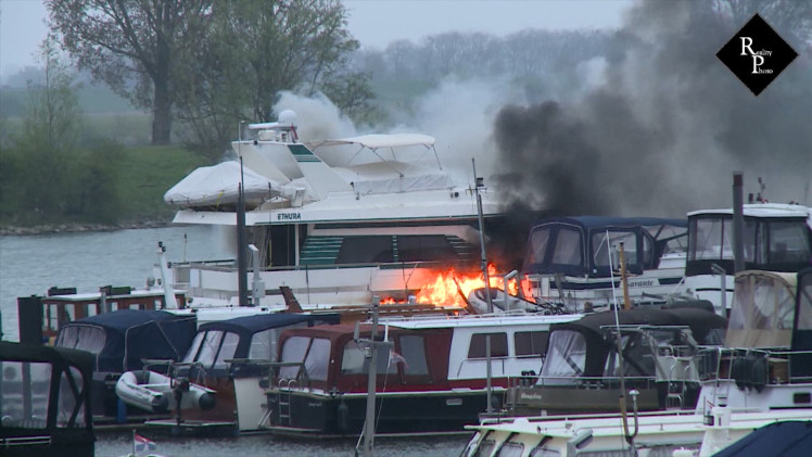 Miljoenenjacht uitgebrand in jachthaven Heusden