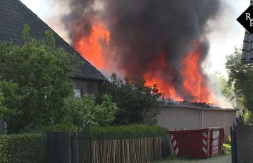 Grote Uitslaande brand in schuur vol auto's Nieuwkuijk