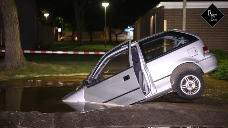 Auto rijdt sinkhole in door groot waterlek Eerste Slagen Den Bosch