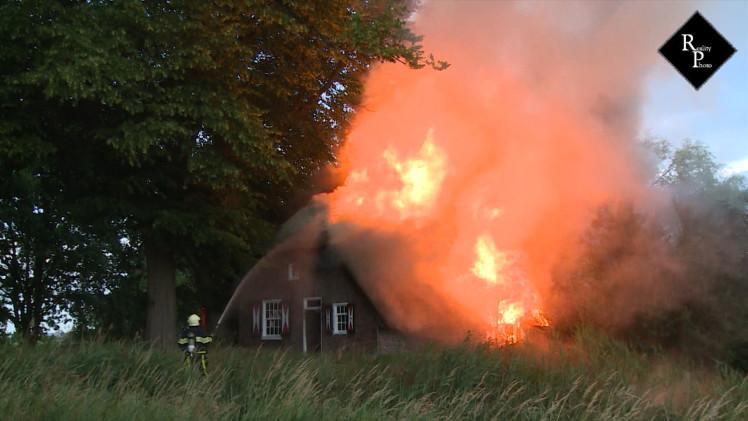 Grote uitslaande brand in woonboerderij Naulandseweg Elshout