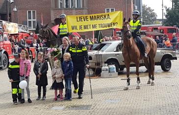 Agent Jeroen Stoffelsma vraagt vriendin ten huwelijk op Veiligheidsmarkt Drunen