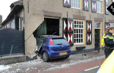 Auto rijdt monumentale woonboerderij Waspik binnen