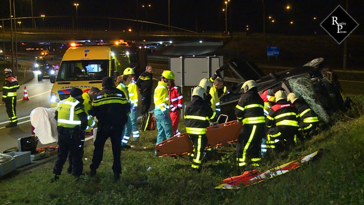Automobiliste vliegt uit bocht A59 Waalwijk