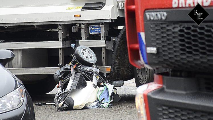 Bestuurder elektrische rolstoel zit na botsing drie kwartier bekneld onder vuilniswagen