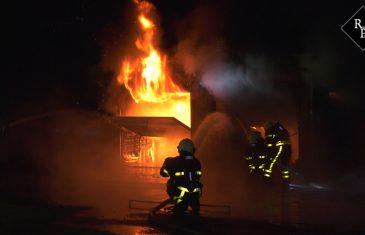 Grote brand verwoest garageboxen in Woudrichem