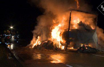 Vrachtwagen vol hooi brandt volledig uit op N831 bij Bern