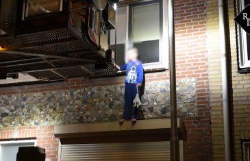 Drijfnat jongetje (7) met hoogwerker van rolluikkast gered Van Hogendorpstraat Tilburg