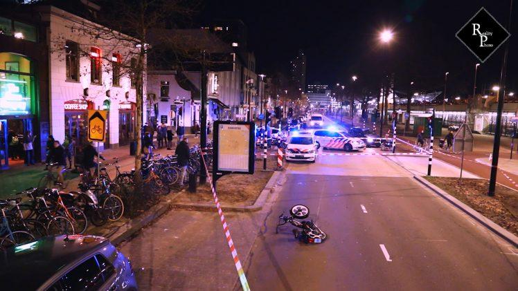 Politieauto onderweg naar overval schept snorfietser