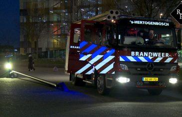 Brandweer Den Bosch rijdt lichtmast omver tijdens uitruk