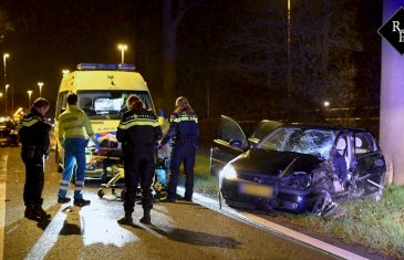 Auto ramt verkeersbord en boom afrit N65 Berkel Enschot