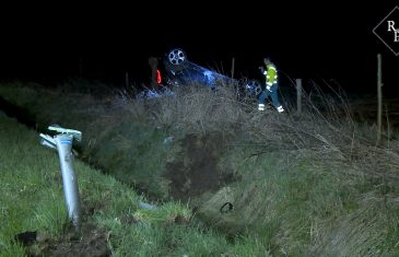 Auto slaat over de kop en belandt in weiland