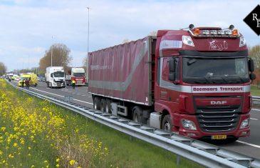 Kop staart aanrijding twee vrachtwagens A59 Nieuwkuijk