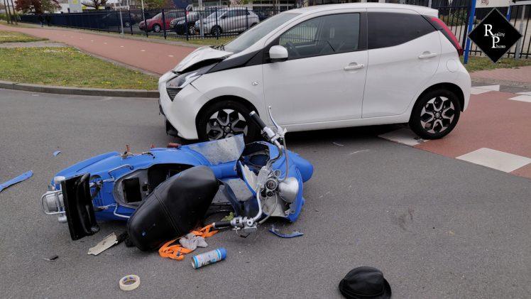 Scooterrijder vlucht na ongeval en laat gewonde bijrijder achter