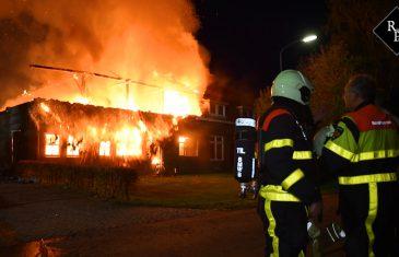 Grote uitslaande brand verwoest woonboerderij in Heukelom