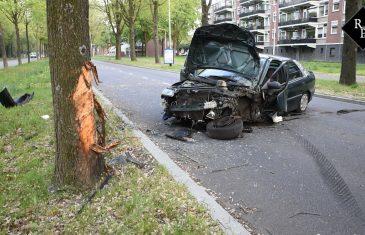 Auto botst frontaal op boom Rueckertbaan Tilburg