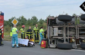 Betonwagen kantelt op Burgemeester Letschertweg in Tilburg