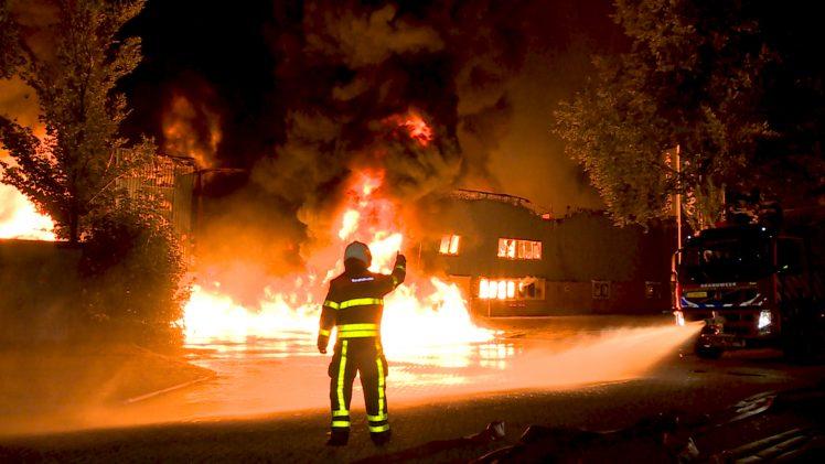 Zeer grote brand treft 4 bedrijven op industrieterrein in Tilburg