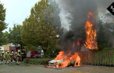 Auto gaat in vlammen op Vermeerstraat Oudheusden