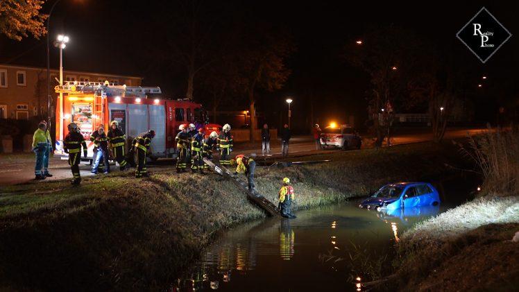 Auto ramt lantaarnpaal en beland in sloot Ambrosiusweg Waalwijk