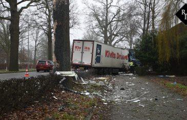 Vrachtwagen richt ravage aan N65 Helvoirt