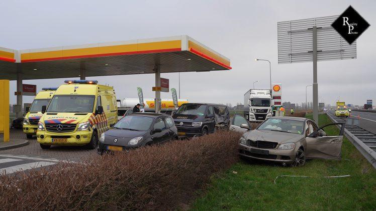 Ravage nadat auto over vangrail schiet bij pompstation
