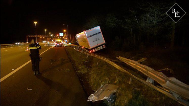 Vrachtwagen ramt auto met pech op A58 Oirschot