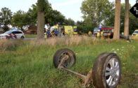 Auto over de kop tegen boom Elshoutseweg Heusden