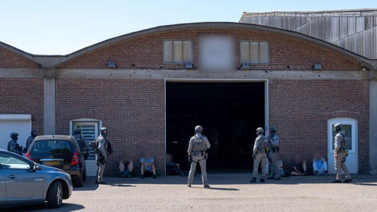 Arrestatieteam doet inval bedrijfsverzamelgebouw Scheidingstraat Elshout